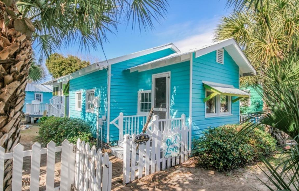 Old Love Cottage circa 1921 - Vintage Beach Cottage. Exactly 99 1/2 steps to the beach with your beach path just outside the cottage picket fence. Ideal for Honeymooners or even just one person. Garden area, WIFI. Close to restaurants including Sundae Cafe and others!