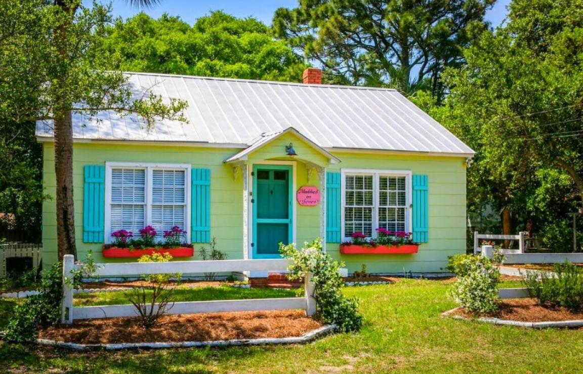 Maddie's on Jones circa 1930 - Charming & Cozy pet-friendly and family-friendly cottage! 4 blocks from the beach! Decor details throughout the cottage displaying the history of Tybee Island and the Chu family! Outdoor shower! Great outdoor area surrounded by live oaks & palms!